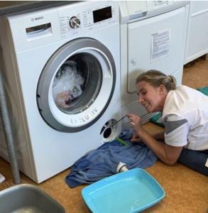 Dierenartsassistente repareert de wasmachine